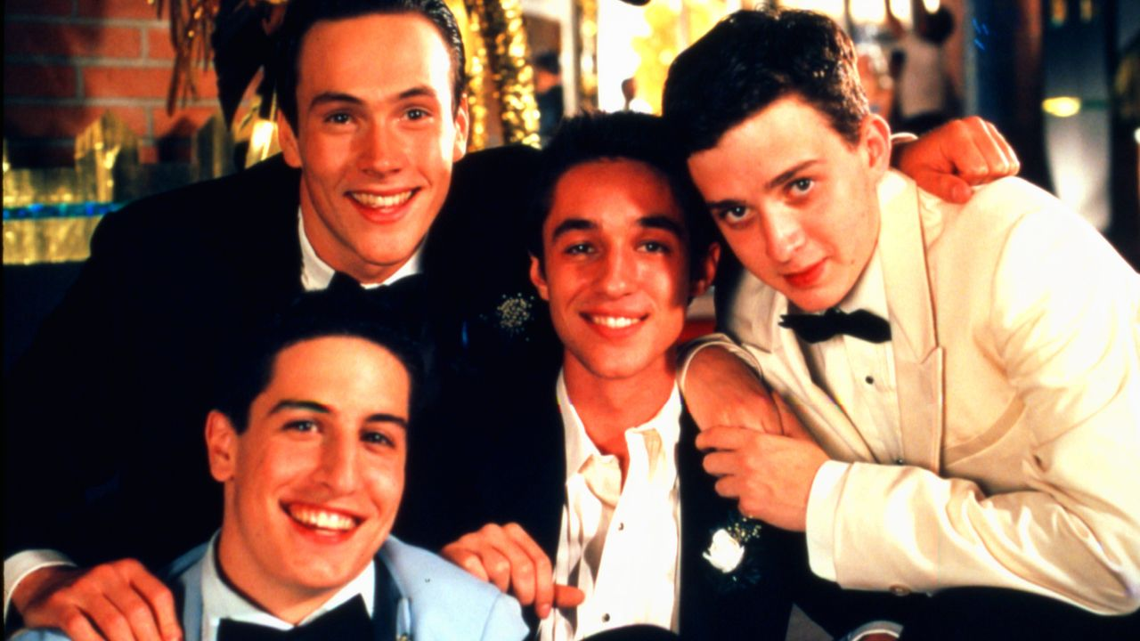 (v.l.n.r.) Jim Levenstein (Jason Biggs); Chris 'Oz' Ostreicher (Chris Klein); Kevin Myers (Thomas Ian Nicholas); Paul Finch (Eddie Kaye Thomas) - Bildquelle: 1999 Universal Studios All Rights Reserved.