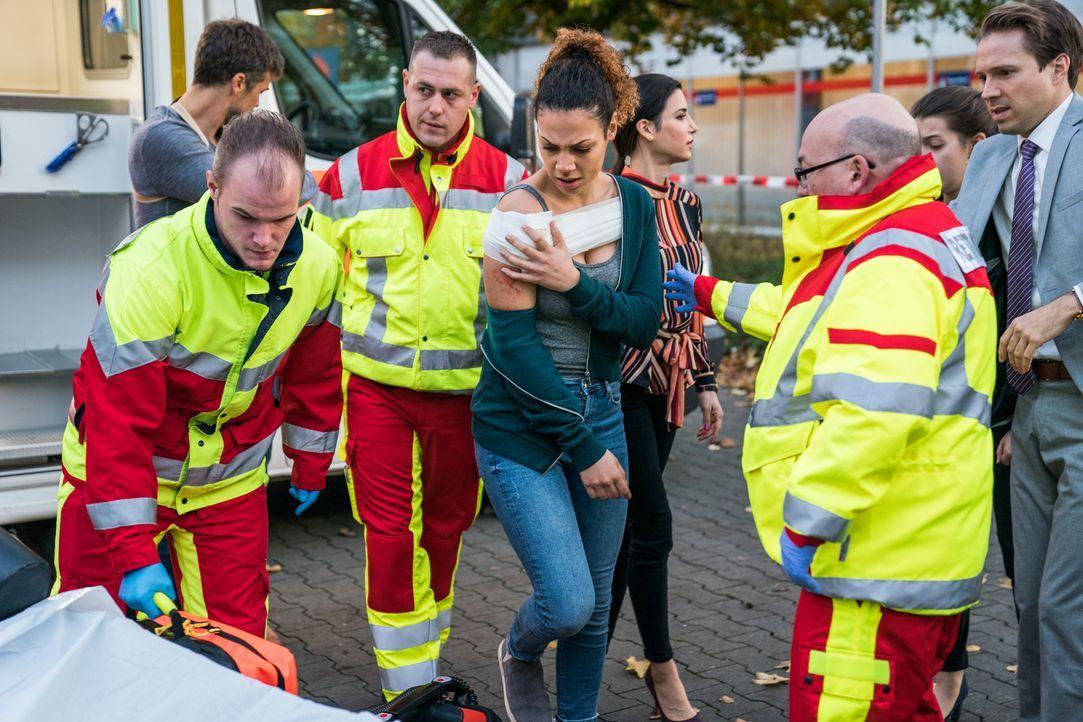 Entkommt dem Geiseldrama in der Bank verletzt, aber lebend: Kirsten (Haley Louise Jones, 3.v.l.) ... - Bildquelle: Wolfgang Ennenbach SAT.1