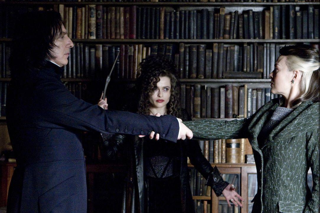 """Legen einen """"unbrechbaren Schwur"""" ab: Professor Severus Snape (Alan Rickman, l.), Bellatrix Lestrange (Helena Bonham Carter, M.) und Narcissa Malfoy... - Bildquelle: Warner Brothers"""