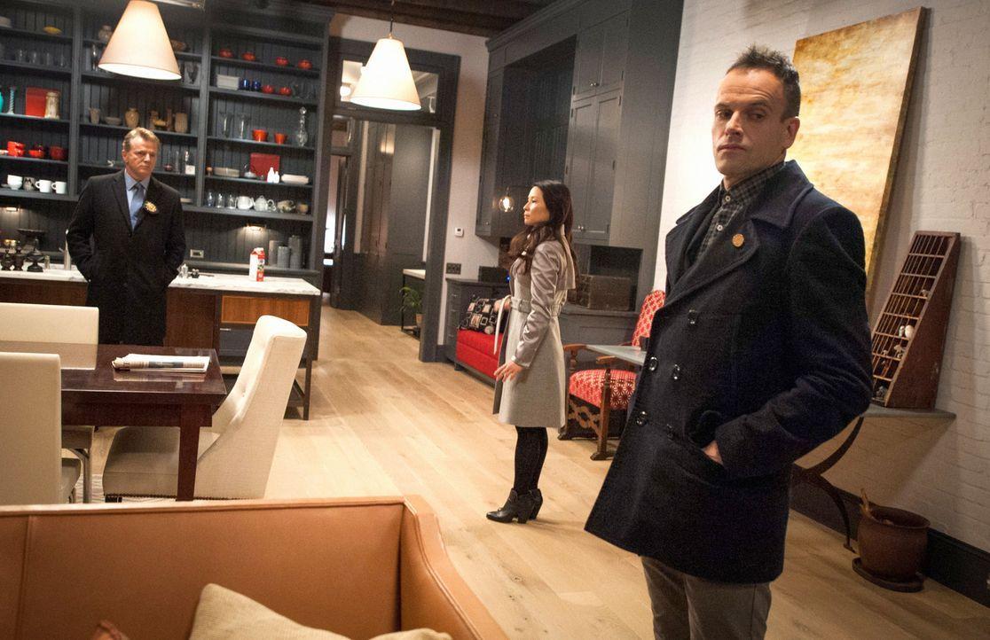 Obwohl Holmes (Jonny Lee Miller, r.), Watson (Lucy Liu, M.) und Captain Gregson (Aidan Quinn, l.) sicher sind, dass Del Gruner der Gesuchte ist, wei... - Bildquelle: CBS Television