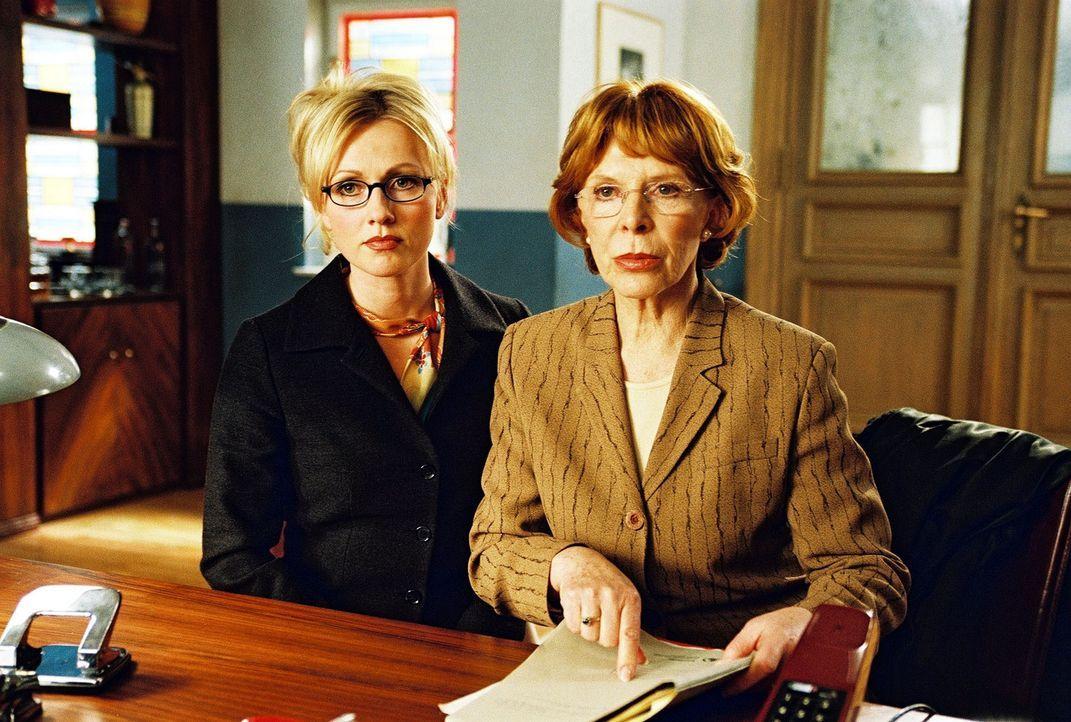 Jessi Love (Dana Golombek, l.) und ihre Anwältin Else Most (Uschi Heyer, r.) bei der Gegenüberstellung mit Andreas Maurer. - Bildquelle: Hardy Spitz Sat.1