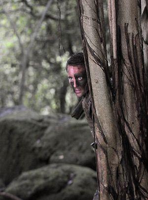 Steve (Alex O'Loughlin) und sein Team suchen im Dschungel nach der Kronzeugin Julie, die dorthin geflüchtet ist. Die Auftragsmörder sind ihr dicht... - Bildquelle: CBS Studios Inc