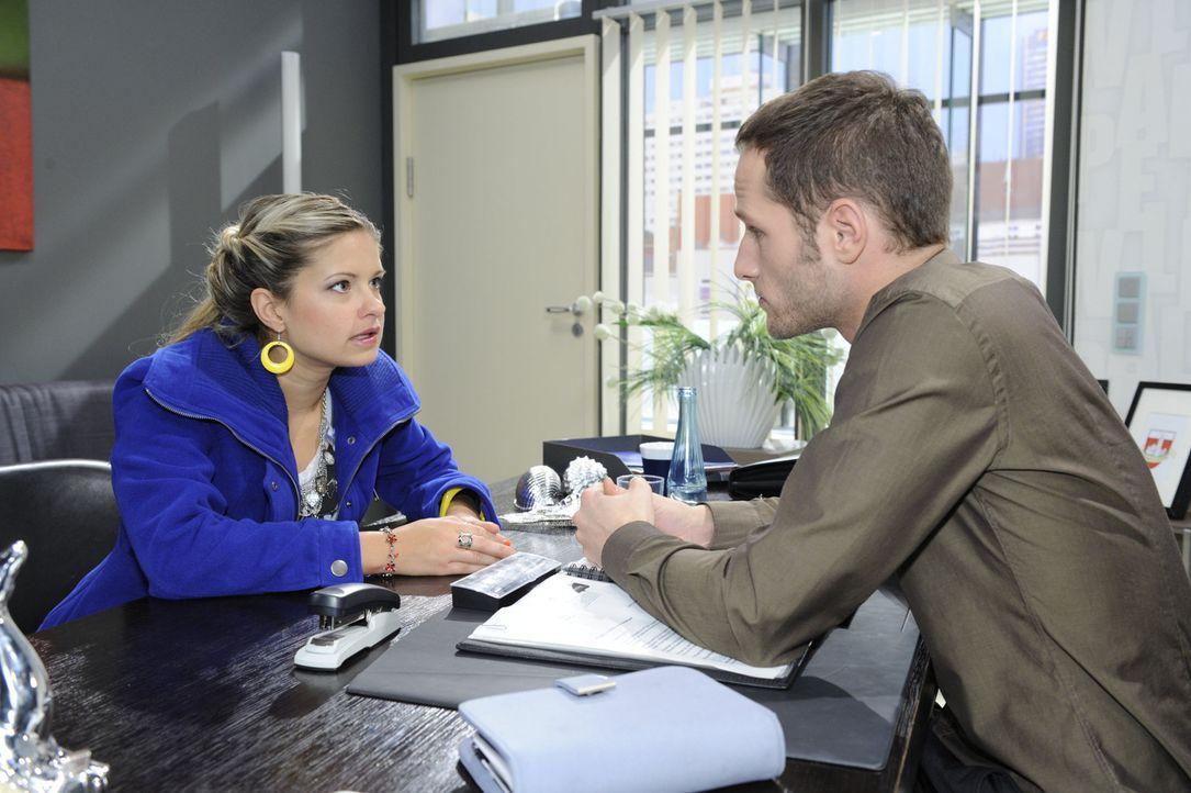 Mia (Josephine Schmidt, l.) erfährt über David (Lee Rychter, r.), dass auf dem Schraubenzieher, der beim Einbruch in das Büro sichergestellt wurd... - Bildquelle: SAT.1