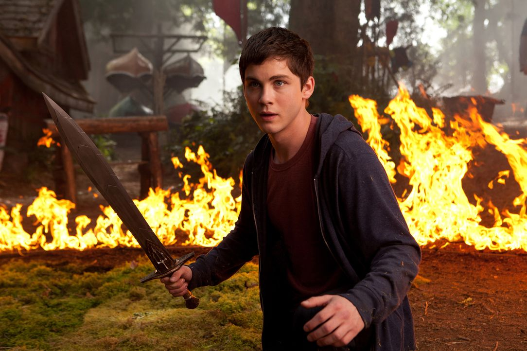 Mit Papas Schwert gegen riesenhafte bitterböse Kreaturen der Unterwelt: Percy Jackson (Logan Lerman) ... - Bildquelle: 2013 Twentieth Century Fox Film Corporation.  All rights reserved.