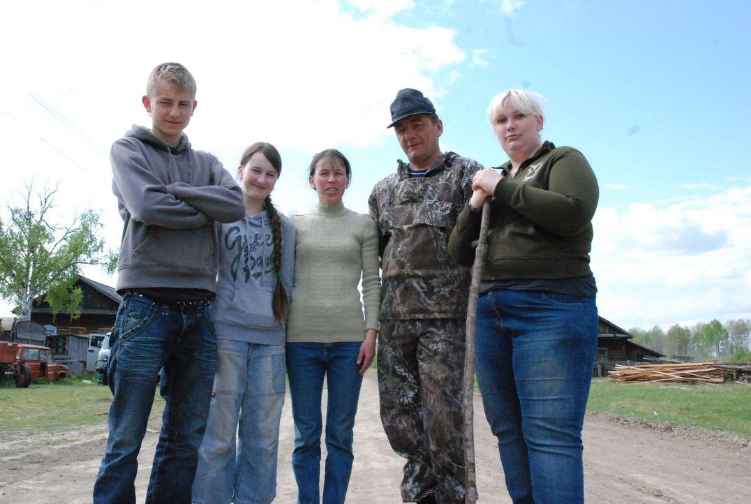 Bei Familie Miguras in Sibirien sollen Sascha (l.) und Janine (r.) lernen, was es bedeutet, Verantwortung zu übernehmen. - Bildquelle: kabel eins
