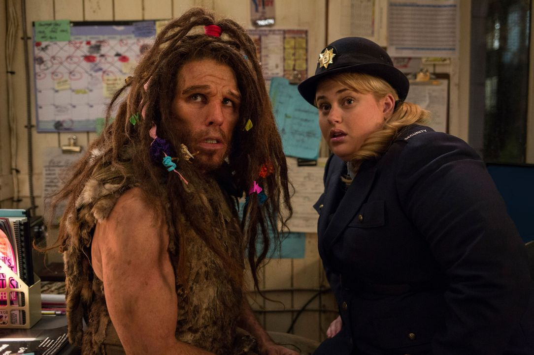Unverhofft kommt oft: Larrys filziger Neandertaler-Klon (Ben Stiller, l.) und die drollige Museumswächterin (Rebel Wilson, r.) kommen sich nachts im... - Bildquelle: 2014 Twentieth Century Fox Film Corporation.  All rights reserved.