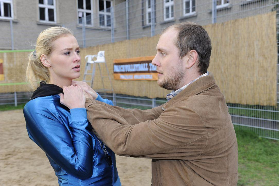 Piet (Oliver Petszokat, r.) gibt Alexandra (Verena Mundhenke, l.) die Schuld für das Verschwinden seiner Tochter und rastet aus ... - Bildquelle: SAT.1