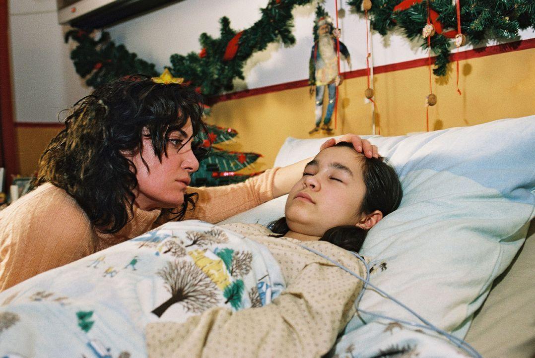 Lena (Cara Wiedtke, r.) ist drei Tage vor Weihnachten beim Eislaufen eingebrochen und liegt nun im Koma. Marie (Natalia Wörner, l.) bangt um ihr Ki... - Bildquelle: Sat.1