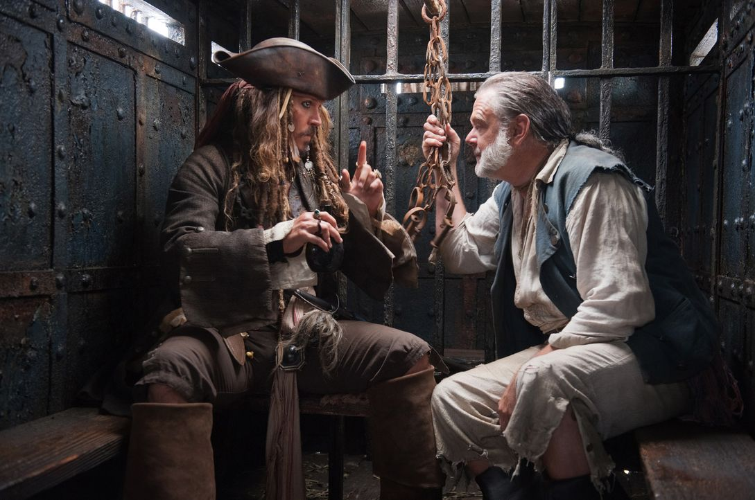 In London gelingt es Jack Sparrow (Johnny Depp, l.), Gibbs (Kevin McNally, r.) aus dem Gefängnis zu befreien, weil er den Kutscher der Gefängniskuts... - Bildquelle: Peter Mountain WALT DISNEY PICTURES/JERRY BRUCKHEIMER FILMS.  All rights reserved