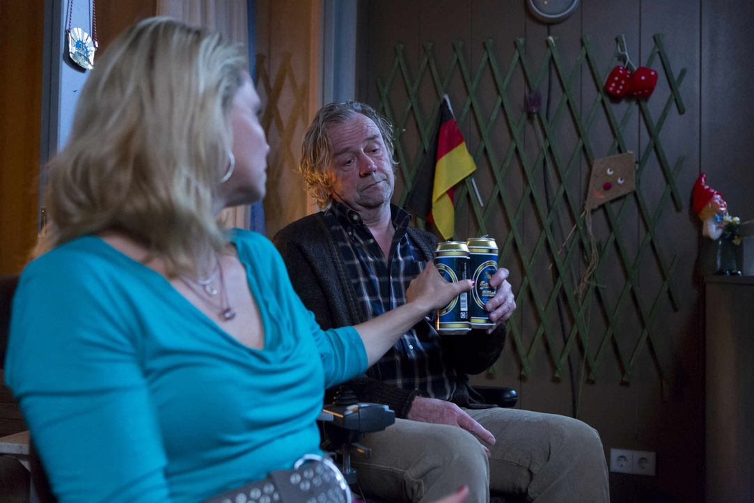 Da sich die Wohnungssituation trotz aller Versprechungen von Kurt (Axel Siefer, r.) nicht ändert, macht Danni (Annette Frier, l.) ihrem Vater klar,... - Bildquelle: Frank Dicks SAT.1