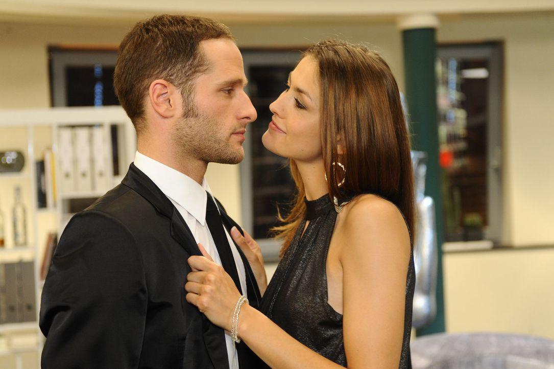 David (Lee Rychter, l.) bedankt sich bei Jessica (Fiona Erdmann, r.) für ihre Mitarbeit ... - Bildquelle: SAT.1
