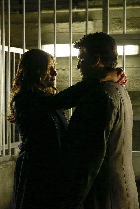 Hinter Gittern kommen sich Beckett (Stana Katic, l.) und Castle (Nathan Fillion, r.) wieder etwas näher. Doch in welches perfide Experiment sind sie... - Bildquelle: Mitchell Haaseth 2015 American Broadcasting Companies, Inc. All rights reserved.