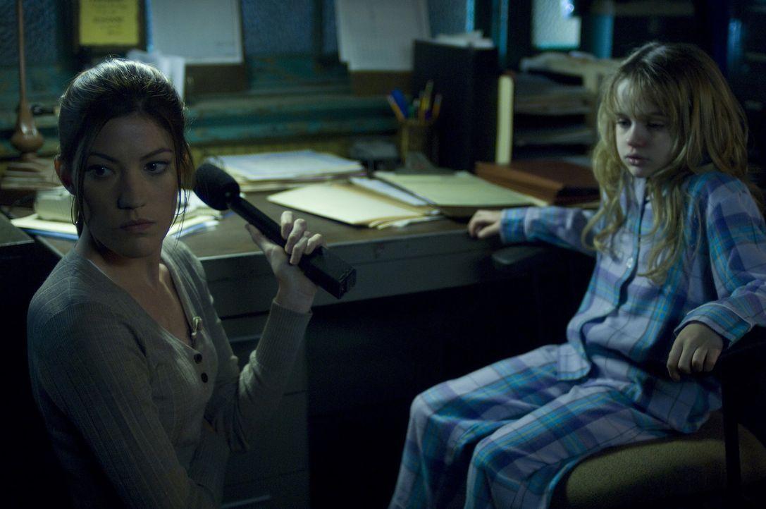 Kann Angela (Jennifer Carpenter, l.) die kleine Briana (Joey King, r.) aus dem infizierten Haus bringen? - Bildquelle: 2008 Screen Gems, Inc.  All rights reserved