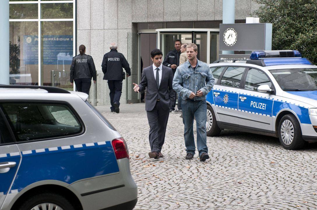(3. Staffel) - Während Andreas (Maximilian Grill, l.) hofft, Fercherts Platz einnehmen zu können, will Mick (Henning Baum) unbedingt nah an seinen... - Bildquelle: SAT.1