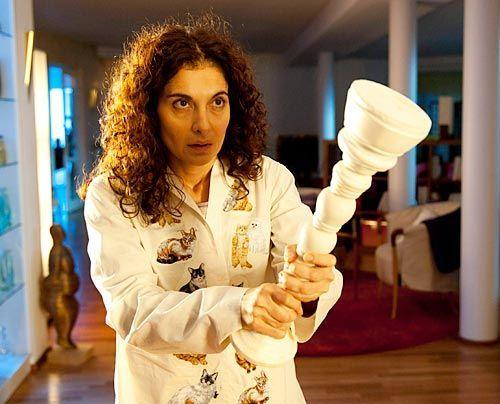 Weil Tanja (Proschat Madani) von Selbstvorwürfen geplagt wird, kann sie nachts nicht schlafen. Da hört sie, wie ein Einbrecher ins Therapiezentrum... - Bildquelle: Martin Rottenkolber - Sat1