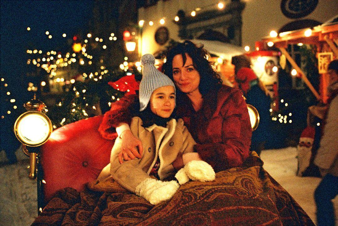 Lena (Cara Wiedtke, l.) und Marie (Natalia Wörner, r.) genießen gemeinsam die Schlittenfahrt über den Weihnachtsmarkt der beschaulichen Stadt Sch... - Bildquelle: Sat.1