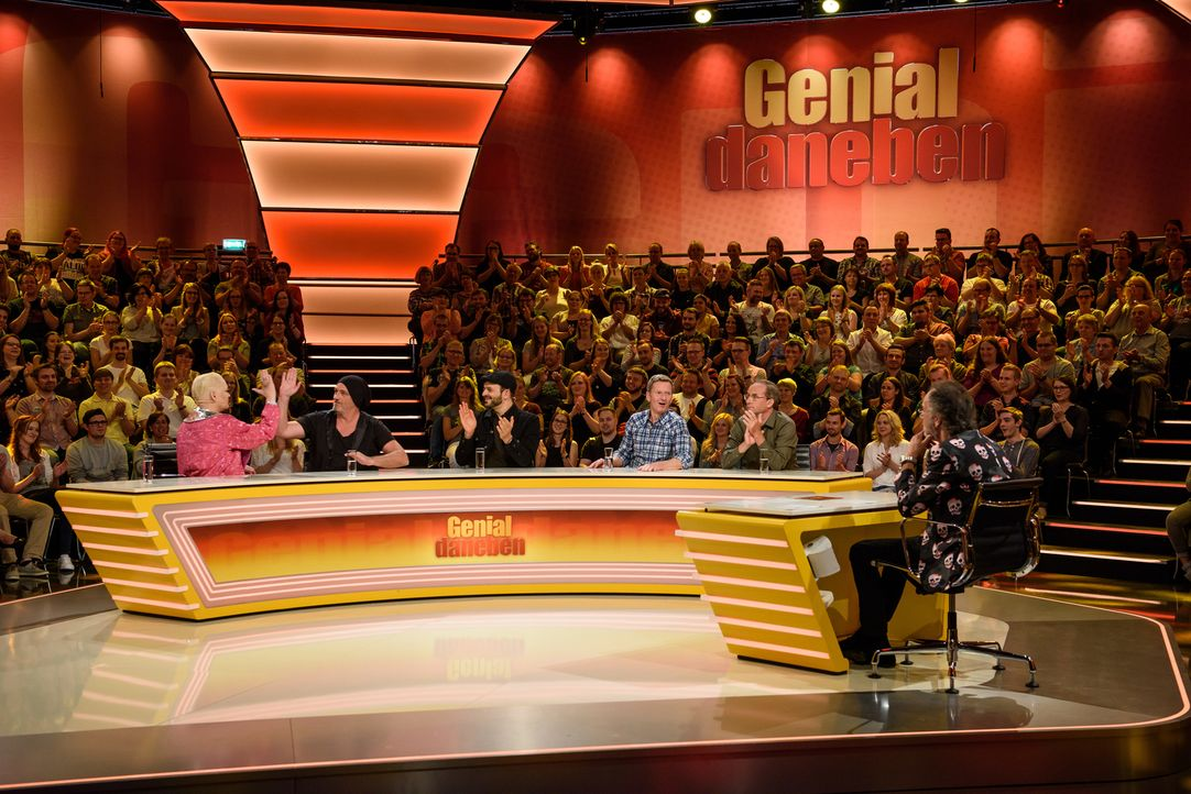 Auch dieses Mal heißt es für das Rateteam, skurrile und witzige Fragen der Zuschauer zu beantworten, die Hugo Egon Balder (r.) ihnen stellt: (v.l.n.... - Bildquelle: Willi Weber SAT.1