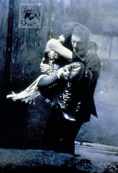 Die leichtsinnige Rachel (Whitney Houston, l.) hält nichts von Franks (Kevin Costner, r.) Sicherheitsvorkehrungen. Und setzt sich deshalb immer wie... - Bildquelle: Warner Bros.