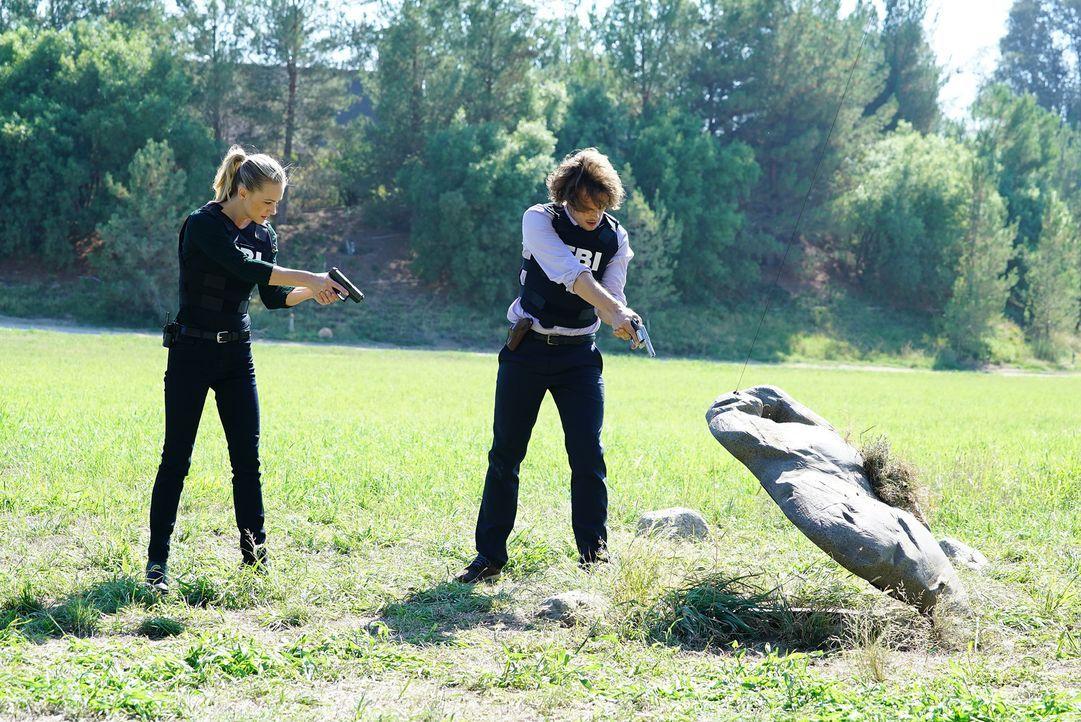 Sind sie auf der richtigen Spur? Reid (Matthew Gubler, r.) und JJ (Andrea Joy Cook, l.) ... - Bildquelle: ABC Studios