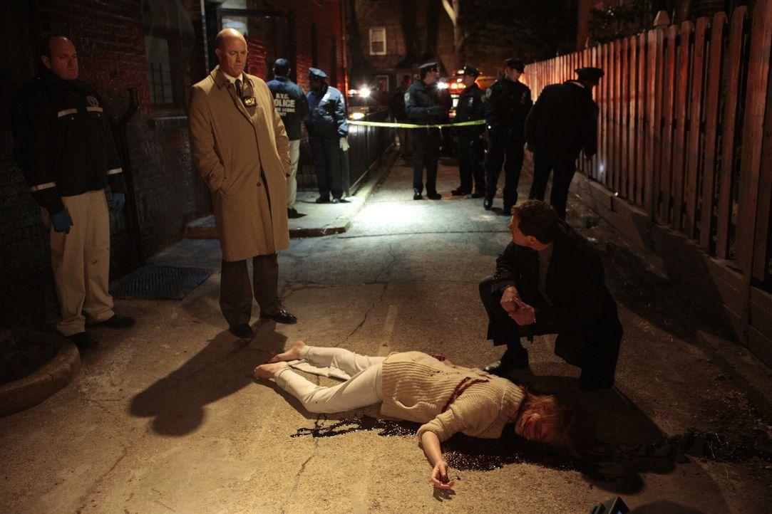 Als eine Frau ermordet wurde, beginnt Detective Al Burns (Dylan Walsh, r.) mit seinem Kollegen Mike Costello (Michael Gaston, 2.v.l.) mit den Ermitt... - Bildquelle: Sony Pictures Television Inc. All Rights Reserved.