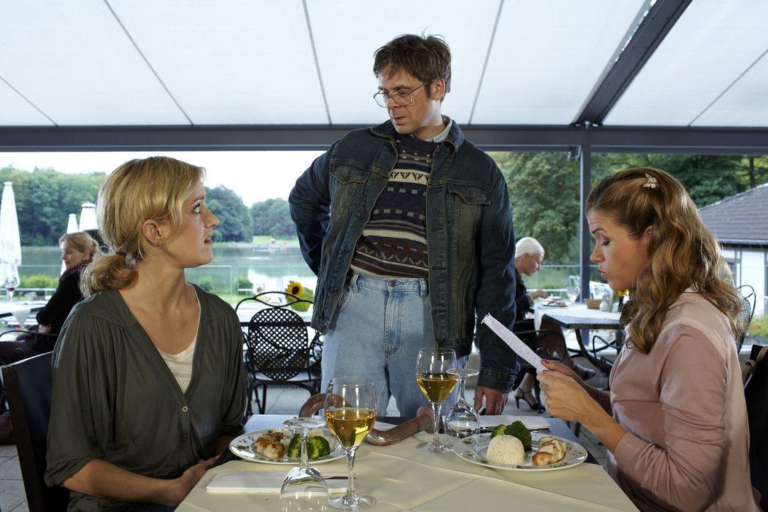 Zwei Frauen (Anke Engelke, r. und Judith Richter, l.) werden von einem Schnorrer im Restaurant belästigt. Die Beiden sind entsetzt über seine altb... - Bildquelle: Guido Engels SAT.1