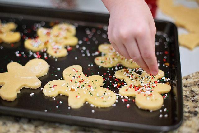 In der WeihnachtsbäckereiSchnell den Ofen auf 200 Grad Umluft stellen, jetzt...