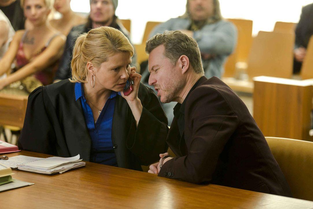 Ein Fall der es in sich hat. Pit (Dirk Borchardt, r.) braucht Dannis (Annette Frier, l.) Hilfe, da er des Mordes angeklagt ist. Doch kann Danni ihm... - Bildquelle: Frank Dicks SAT.1
