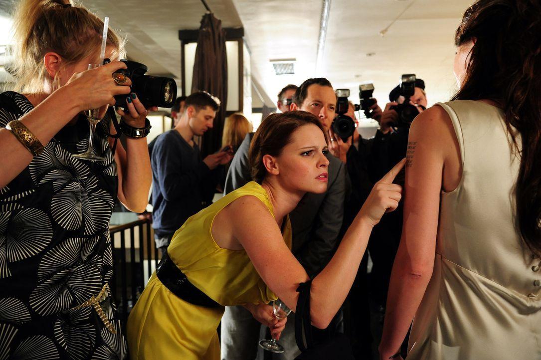 """Promis, Promis, Promis - für Lissie Lensen (Jennifer Ulrich) gibt es nichts Schöneres als Stars und ihre Geschichten. Hier mit """"Angelina Jolie"""" ... - Bildquelle: Christiane Pausch SAT.1"""