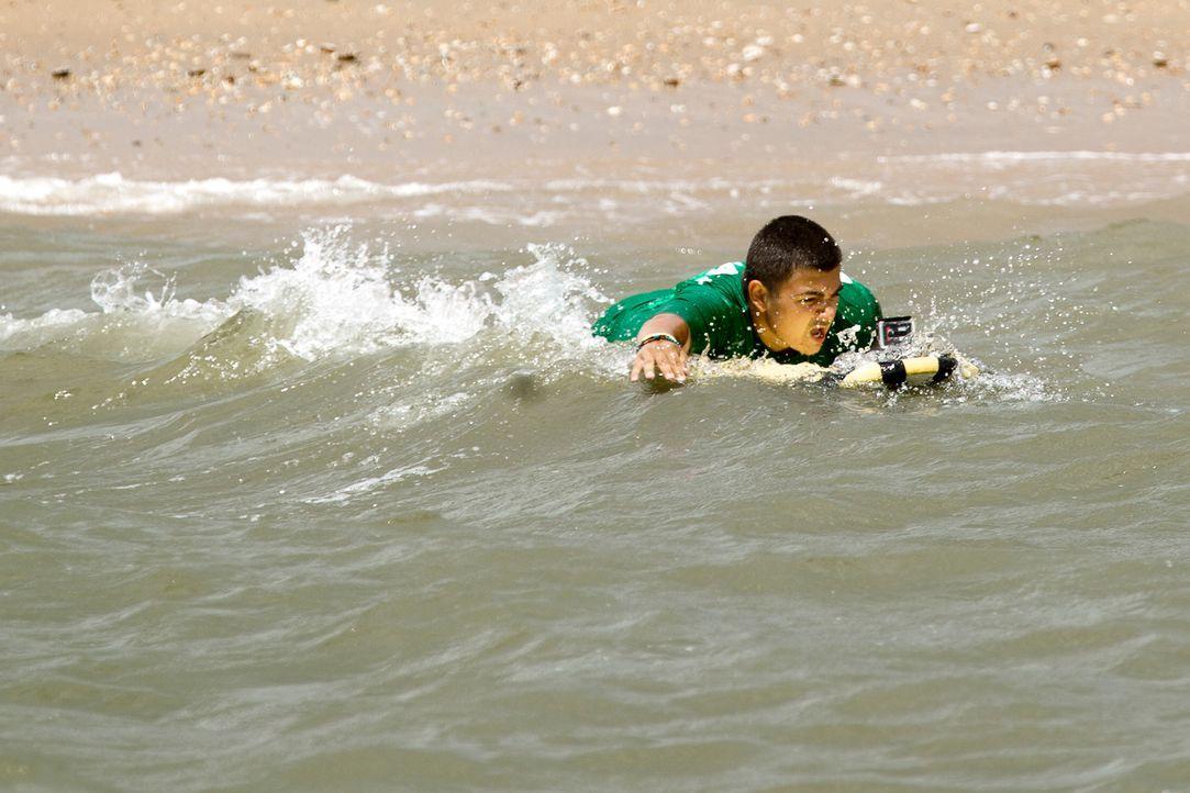 Stephano stürzt sich auf dem Surfbrett in die Fluten ... - Bildquelle: Enrique Cano SAT.1