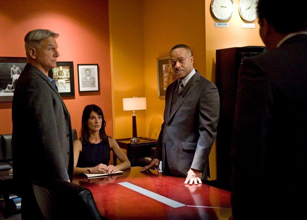 Bei den Ermittlungen in einem neuen Fall, werden Gibbs (Mark Harmon, l.), Vance (Rocky Carroll, 2.v.r.) und das restliche Team von der Journalistin... - Bildquelle: 2012 CBS Broadcasting Inc. All Rights Reserved.