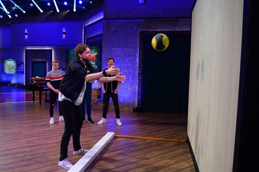 Schweißtreibender Sportunterricht: Bastian Bielendorfer (M.) gibt alles. - Bildquelle: Willi Weber Sat.1/Willi Weber