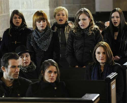 Emma singt zum Abschied von Alexandra und Julian einen ergreifenden Song, und die STAG stimmt leise mit ein. - Bildquelle: Christoph Assmann - Sat1