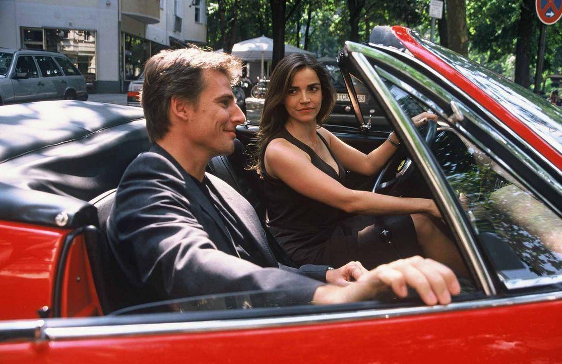 Sandra (Rebecca Immanuel, r.) und ihre attraktive Begleitung (René Steinke, l.) machen eine kleine Spritztour im Ferrari. - Bildquelle: Hardy Spitz Sat.1