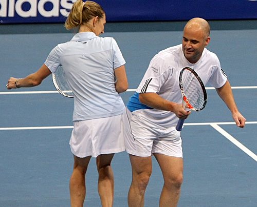 Steffi Graf und Andre Agassi bei einem Gemischten-Doppel Benefiz-Match in Mannheim 2007. - Bildquelle: dpa