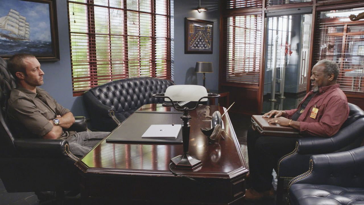 Was hat Leroy Davis (Frankie Faison, r.) Steve McGarrett (Alex O'Loughlin, l.) zu beichten? - Bildquelle: 2018 CBS Broadcasting, Inc. All Rights Reserved