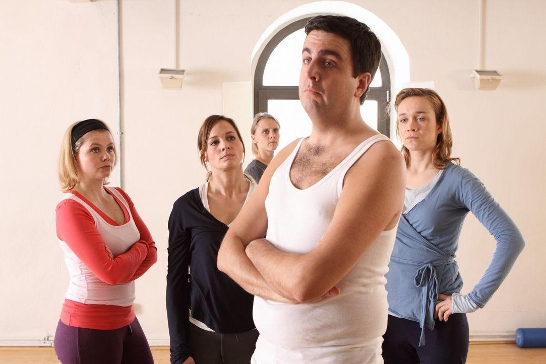Allein unter Frauen: Bastian (Bastian Pastewka) hat es geschafft, im Pilateskurs konsequent zu stören und alle Teilnehmerinnen gegen sich aufzubrin... - Bildquelle: SAT.1