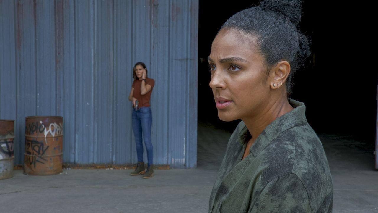 Special Agent Kensi Blye (Daniela Ruah, l.); Special Agent Nicole Dechamps (Marsha Thomason, r.) - Bildquelle: 2020 CBS Broadcasting, Inc. All Rights Reserved.
