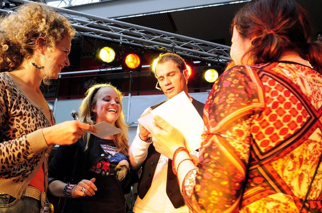 Der erfolglose Sänger Martin (Ralf Bauer, 2.v.r.) tingelt durch die Einkaufscenter und kann mit seinen alten Hits immer noch ein paar Fans begeiste... - Bildquelle: Christiane Pausch Sat.1