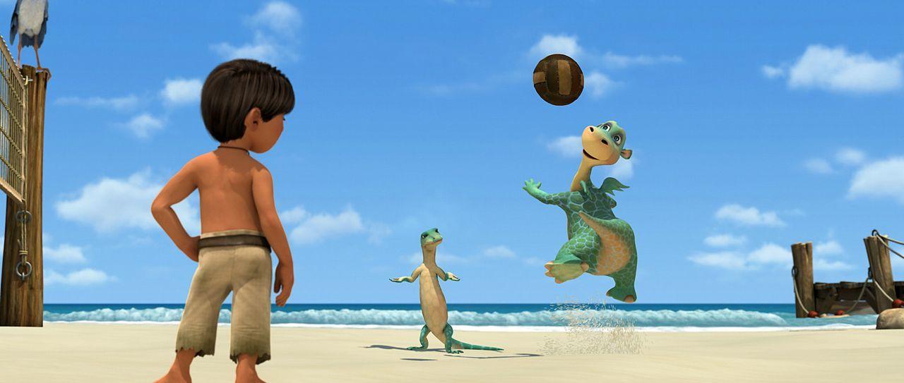Beim Beachvolleyball lässt sich der kleine Dinosaurier Urmel (r.) von niemandem etwas vormachen! - Bildquelle: Constantin Film