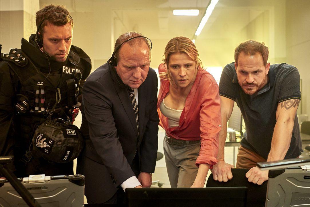 Können der Programmchef (Marc Ben Puch, r.) und die Psychologin Ira Samin (Franziska Weisz, 2.v.r.) dem Polizeichef Steuer (Uwe Preuss, 2.v.l.) und... - Bildquelle: Reiner Bajo SAT.1/Reiner Bajo