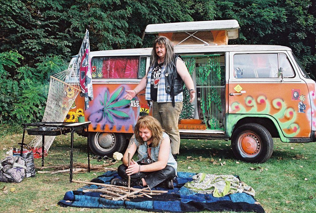Hotte (Markus Maria Profitlich, r.) und Lusches (Tom Lehel, l.) sind beim Camping. - Bildquelle: Sat.1