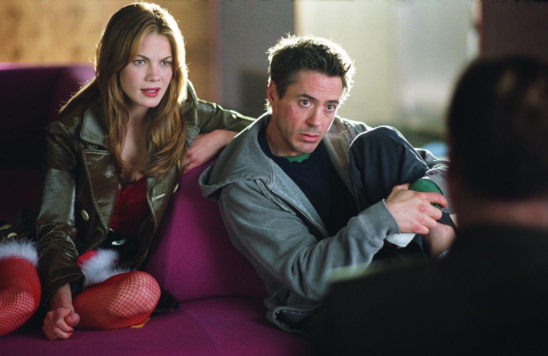 Als Harry (Robert Downey Jr., r.) auf einer Party zufällig seiner Jugendliebe Harmony (Michelle Monaghan, l.) begegnet, gibt er sich als Privatdetek... - Bildquelle: 2015   Warner Brothers