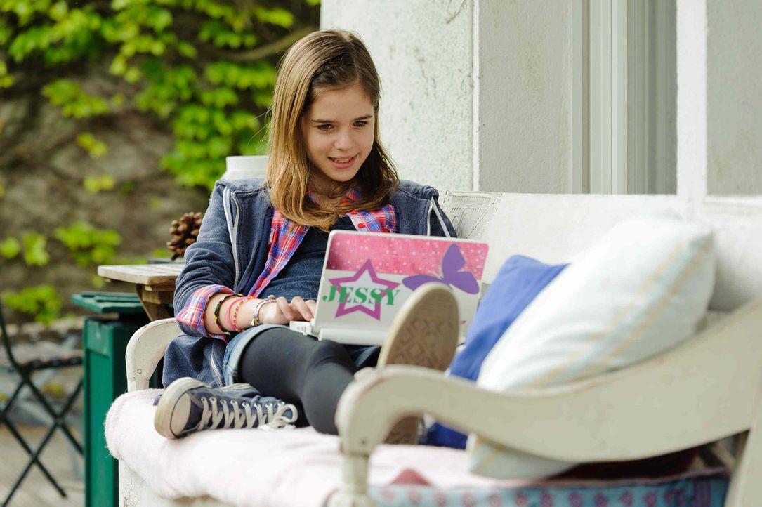 Nach der Trennung ihrer Eltern kapselt sich die 12-Jährige Jessy (Jamie Bick) immer mehr ab: Sie sitzt nur noch vor ihrem Laptop oder Smartphone. A... - Bildquelle: Willi Weber SAT.1
