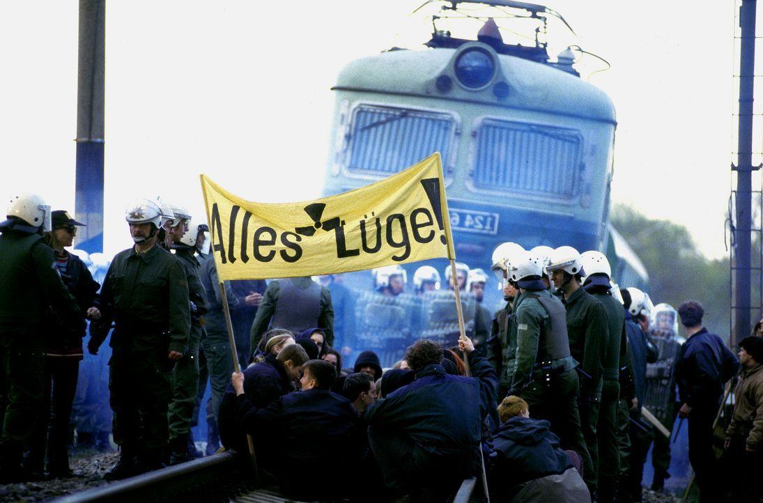 Während der Demonstration gegen die Castor-Transporte wird der Zug entführt. Die Entführer fordern die Veröffentlichung einer Studie über Siche... - Bildquelle: Jiri Hanzl ProSieben
