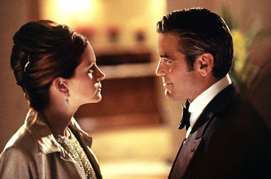 Drei Casinos in Las Vegas um 150 Millionen Dollar zu erleichtern, ist der Plan von Danny Ocean (George Clooney, r.). Nicht ganz zufällig gehören die... - Bildquelle: Warner Bros. Pictures