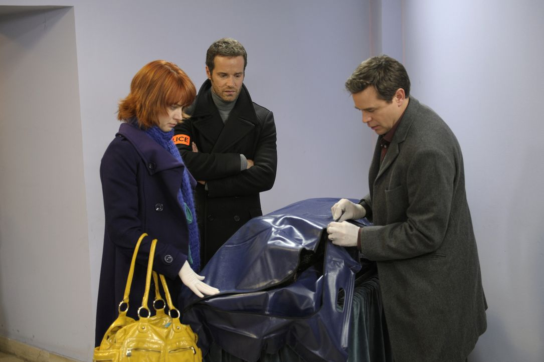 Der neue Fall hält einige Überraschungen für Chloé (Odile Vuillemin, l.), Matthieu (Guillaume Cramoisan, M.) und den Doc (Guillaume de Tonquedec, r.... - Bildquelle: 2008 - Beaubourg Audiovisuel/BeFilms/RTBF (Télévision Belge)