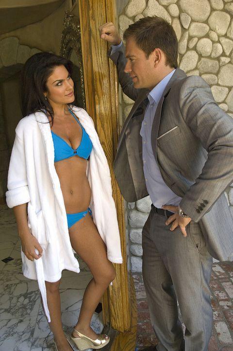 DiNozzo (Michael Weatherly, r.) ermittelt in einem neuen Fall und stößt dabei auf die äußerst attraktive Brittany (Nadia Bjorlin, l.) ... - Bildquelle: CBS Television