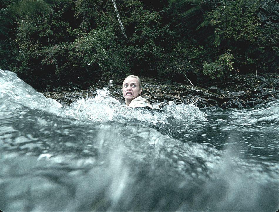 Auch ein Sprung in den reißenden und eiskalten Fluss scheint Hedda (Ida Marie Bakkerud) nicht aus dem Blickfeld des Mörders zu bringen ... - Bildquelle: Licensed by Telepool GmbH