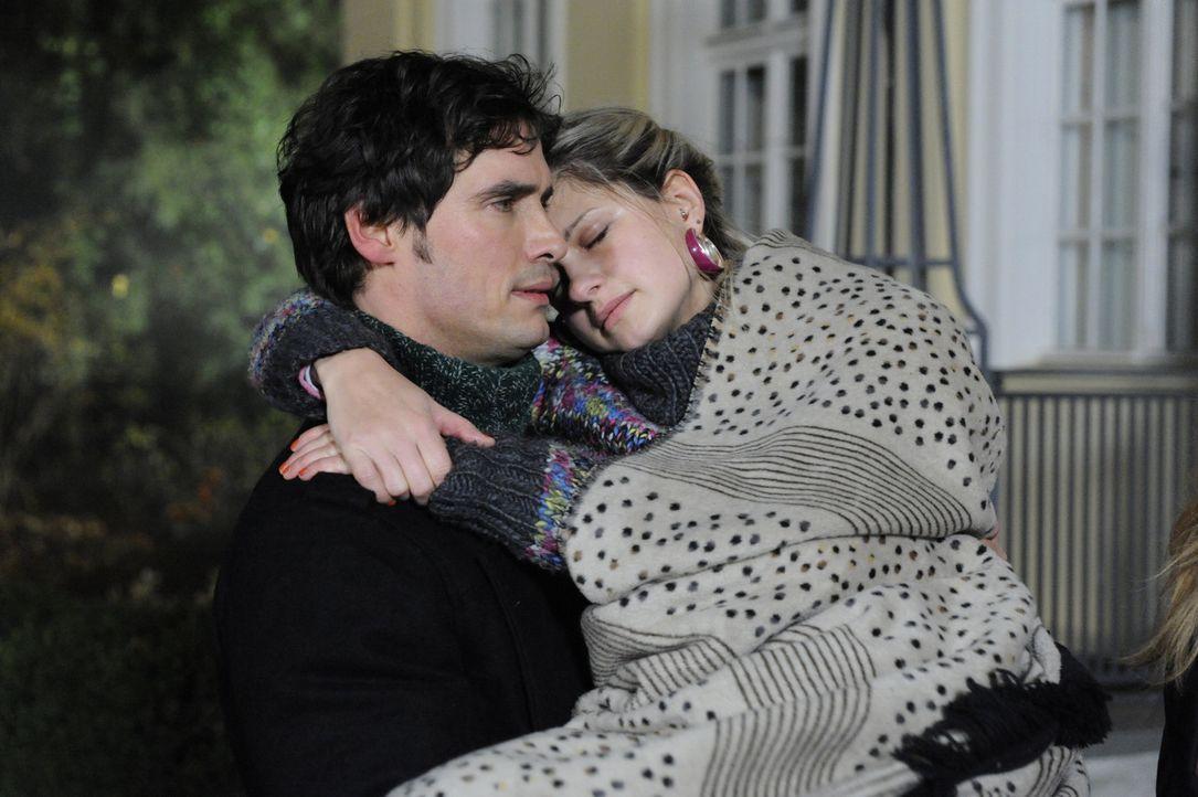 Vom Kuss verstört trägt Alexander (Paul Grasshoff, l.) die kranke Mia (Josephine Schmidt, r.) zurück ins Schloss, die sich selig seiner Obhut erg... - Bildquelle: SAT.1