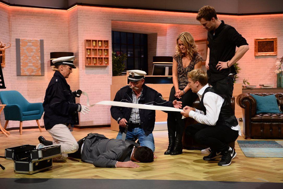 Als der Hotel-Sänger Lucas Cordalis (2.v.l.) mit einem Messer im Rücken tot zusammenbricht, nehmen die Polizisten Mirja Boes (l.) und Horst Lichter... - Bildquelle: Willi Weber SAT.1